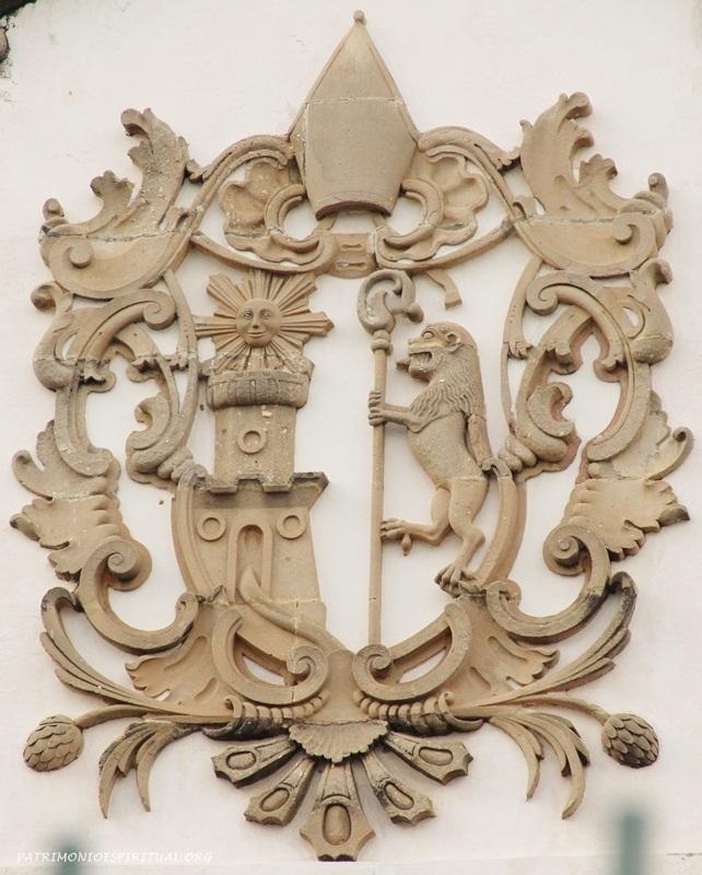 Brasão beneditino - o leão e o castelo aludem aos dois monges espanhóis (de Leão e Castela) que iniciaram a ordem em Portugal; o sol representa o fundador (São Bento), o báculo na mão do leão simboliza a autoridade do abade, e o rio que corre da torre simboliza a expansão da ordem (referência-Mosteiro de Tibães, Portugal)