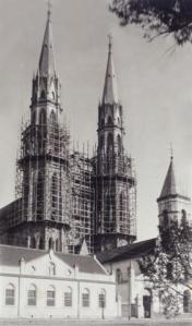 A catedral em construção, vendo-se também a antiga matriz da cidade.