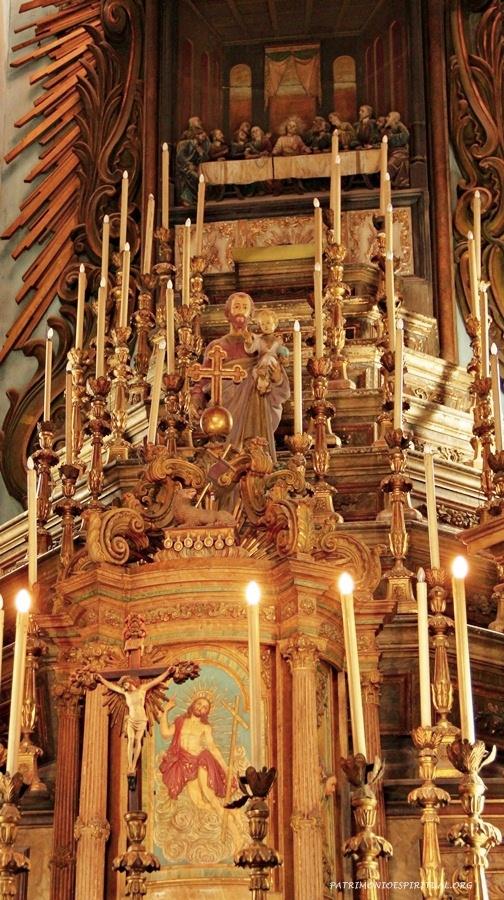 Altar-mor, com o sacrário, uma imagem de São José, e, no alto, uma representação da Santa Ceia
