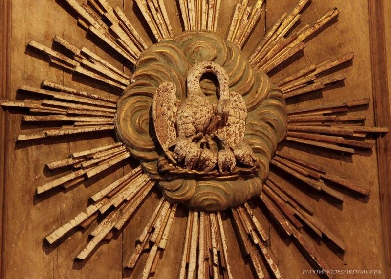 Figura do pelicano. Na Antiguidade acreditava-se que este animal, quando não conseguia obter comida para os filhotes, tirava de sua própria carne para alimentá-los. Tal simbologia ficou aplicada a Cristo, que alimenta os cristãos com a Eucaristia.