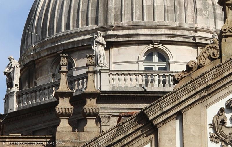 As imagens da cúpula representam os quatro evangelistas e também as virtudes cardeais (fé, esperança e caridade), e foram feitas em Lisboa