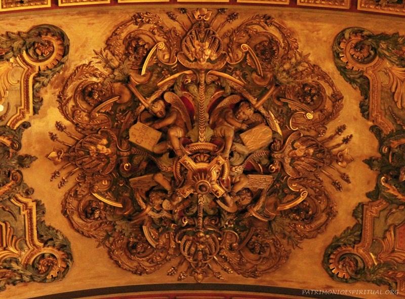 Nesse ornamento do teto os anjos seguram tábuas que indicam trechos do Evangelho que possuem analogia com a história da construção. O primeiro anjo. Por exemplo, a passagem em que Jesus acalmou a tempestade (Jo 6, 17), e a cena em que uma mulher