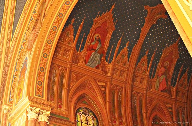 O teto da capela-mor contém pinturas dos Evangelistas, emoldurados por decoração gótica