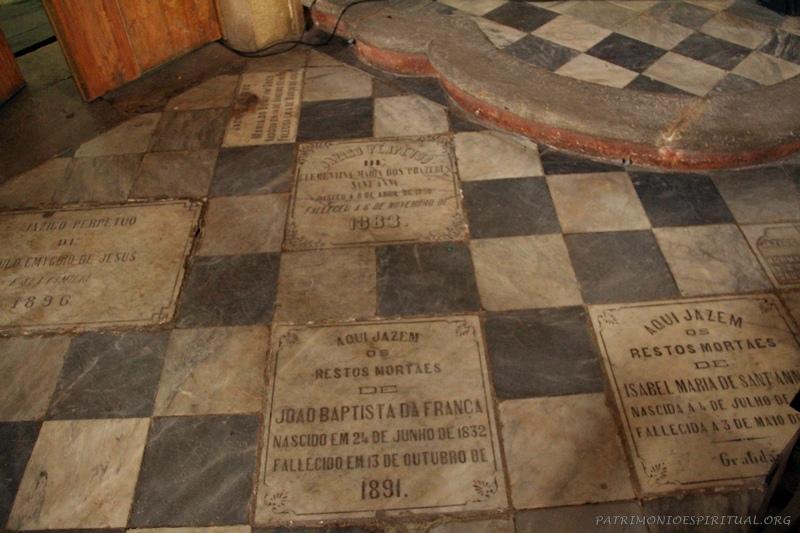 Sepulturas de membros da irmandade (escravos, alforriados, livres, etc), na igreja do Rosário dos Pretos, em Salvador.