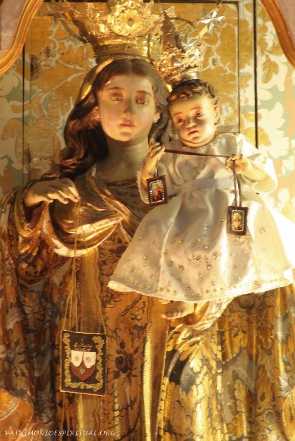 Imagem de Nossa Senhora do Carmo. Nela, Maria e o menino Jesus seguram o escapulário.