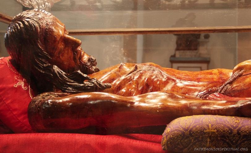 """Imagem do Senhor Morto, pertencente à Ordem Terceira. Foi escupida no século XVIII pelo célebre artista baiano Francisco Manoel das Chagas (conhecido como """" O Cabra'), e nela as gotas do sangue são feitas de rubis vindos da Índia - um recurso comum na época, e que visava ajudar a compreender o valor do Sangue de N. Senhor Jesus Cristo."""