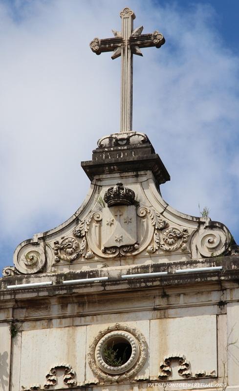 Frontão da igreja, com a cruz e o símbolo carmelita esculpidos em pedra de Lioz
