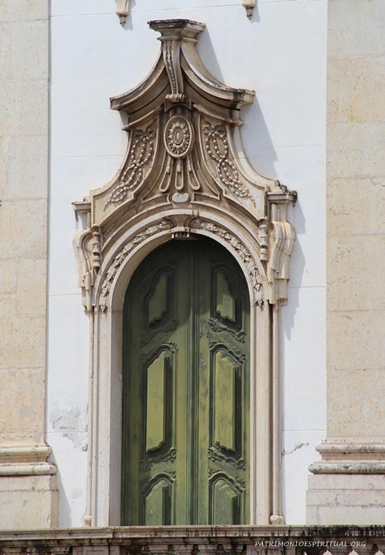 Uma das portas laterais