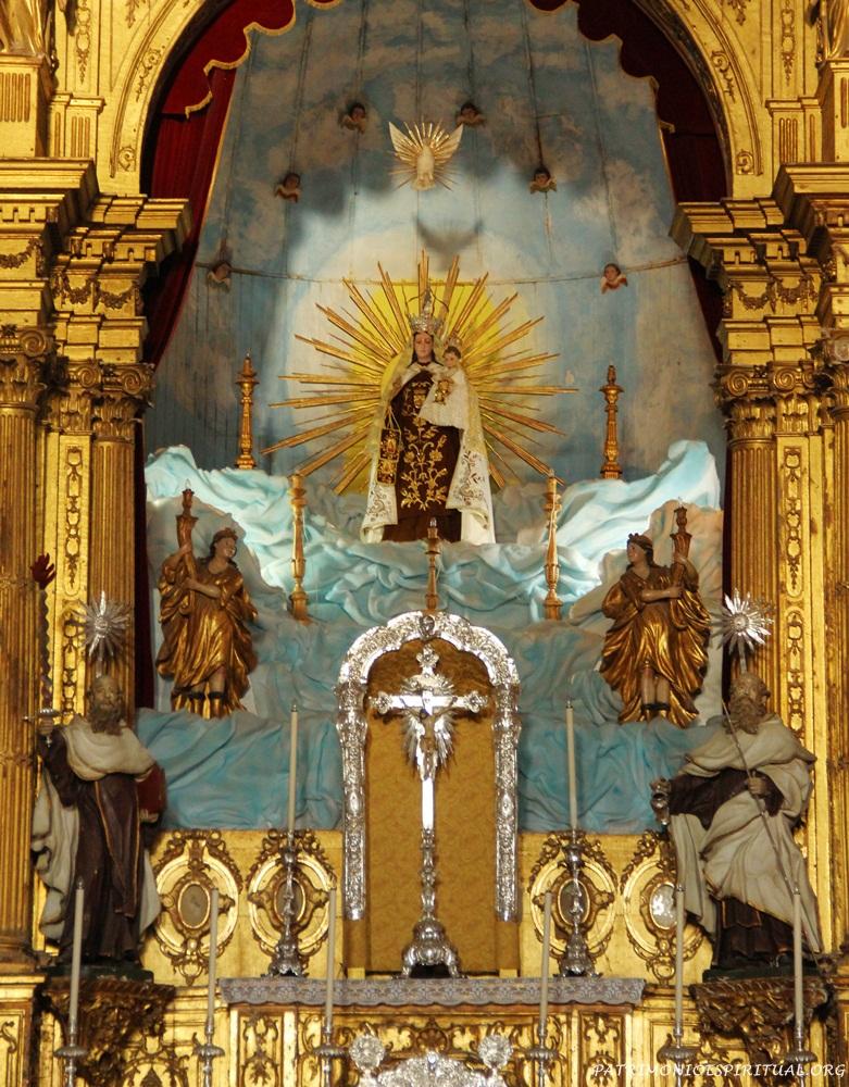 No altar mor há imagens de Santo Elias (esquerda), Santo Eliseu (direita), e no centro Nossa Senhora do Carmo. Reparar na nuvem que se encontra sob a imagem, em alusão ao fato presenciado por Elias.