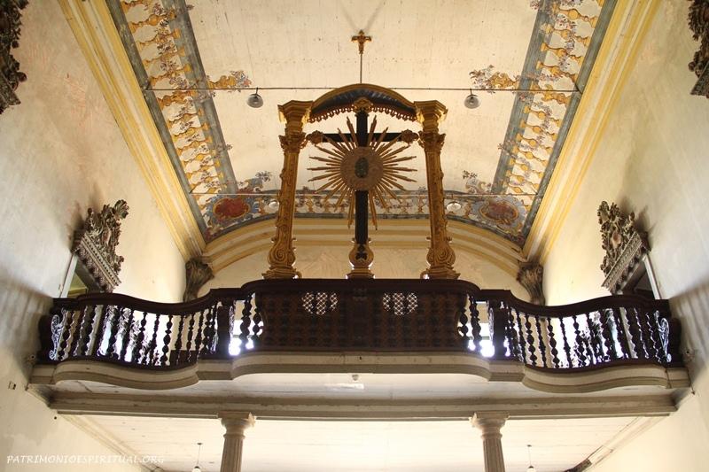 Coro da igreja, ornado por um crucifixo em tamanho natural