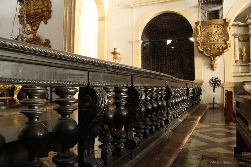 Balaustrada que divide a área da capela-mor