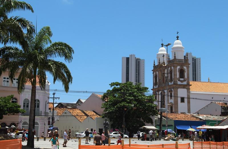 Igreja de São Pedro dos Clérigos, em Recife, vendo-se parte de dois gigantescos edifícios construídos recentemente