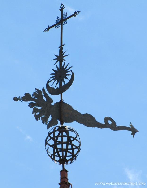 No alto das duas torres: a cruz, acompanhada de uma estrela (símbolo da Virgem Maria, que é comparada à Estrela da Manhã, que antecede o dia), o Sol, símbolo de Cristo, a Lua e um dragão de sete cabeças, que são mencionados no capítulo 12 do Livro do Apocalipse (passagem bíblica que é aplicada a Nossa Senhora). Abaixo um globo, que simboliza o mundo, e que também era um símbolo usado no brasão português.