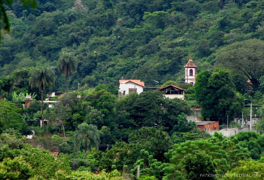 Vista parcial de Sabará, com campanário da capela de Nossa Senhora do Ó.