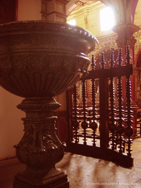 Pia batismal e balaustrada de jacarandá que acredita-se tenha sido feita pelo Aleijadinho