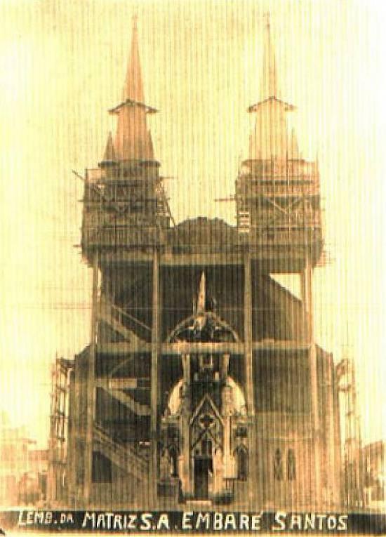 Foto da construção da basílica, podendo-se ver em seu interior a antiga igreja. Arquivo Basílica do Embaré
