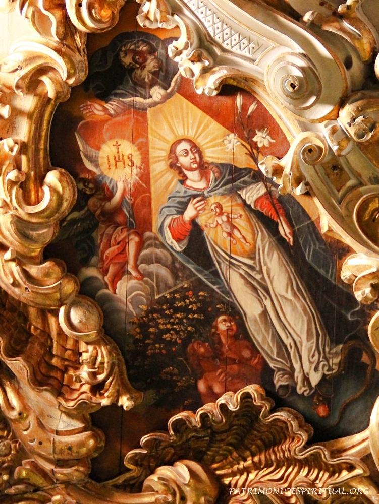 Uma das pinturas do teto possui uma imagem rara, que representa a Virgem Maria grávida, em meio a referências teológicas alusivas à narração do livro do Gênesis, 3,15. Na parte superior, o Pai Eterno emana o Espírito Santo (representado por uma pomba), que desce até Maria, que, por sua vez, gera no seu interior o Menino Jesus. Ela é abrangida por um triângulo equilátero, símbolo da Santíssima Trindade. Nas mãos de Maria há flores de lírio, simbolizando sua pureza e virgindade, e abaixo a serpente é pisada enquanto Adão e Eva observam. Ao lado, um anjo segura uma grande hóstia com a inscrição IHS (Iesu Hominum Salvator - Jesus Salvador da Humanidade). Ao redor da pintura, parte da refinada talha em madeira com motivos barrocos.