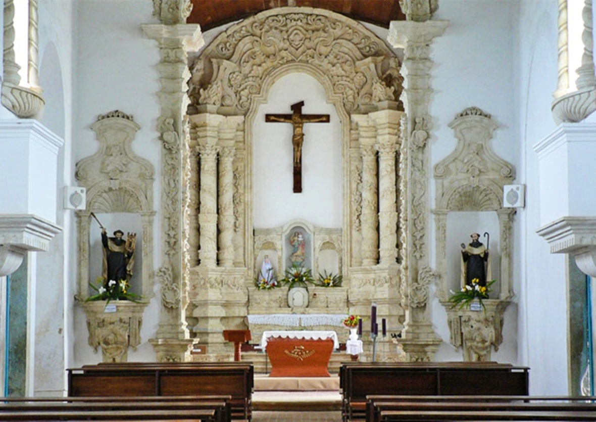 Interior da igreja, com seus altares também esculpidos em pedra. Foto: caroleig (paraibanos.org)